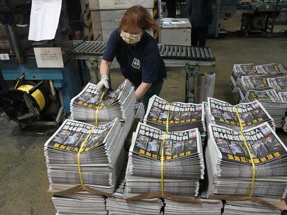 Ejemplares del periódico hongkonés 'Apple Daily' listos para su distribución, en una imagen de archivo.