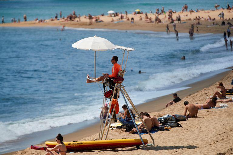 Un socorrista realiza su labor vigilancia en la playa de la Barceloneta el pasado viernes.