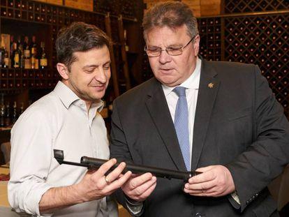 Volodímir Zelenski (izquierda) y el ministro de Exteriores de Lituania, Linas Linkevicius, el jueves en Kiev.