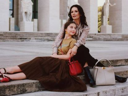 Catherine Zeta-Jones y Carys Douglas para Fendi.