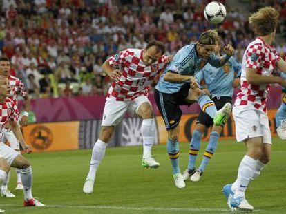 Torres remata un lanzamiento de esquina durante el partido ante Croacia.