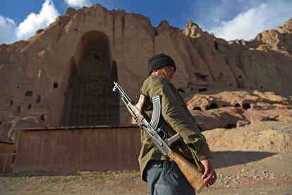 Un guardia vigila el lugar donde se erigían los Budas Gigantes en Bamiyán, en marzo pasado.