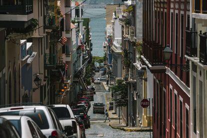 Calle de Puerto Rico en la que figura la señal de PARE en lugar de STOP.