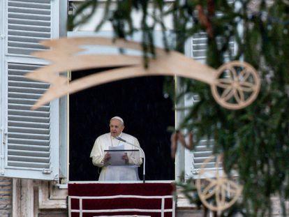 El papa Francisco recita el ángelus el pasado domingo en la plaza de San Pedro en el Vaticano.