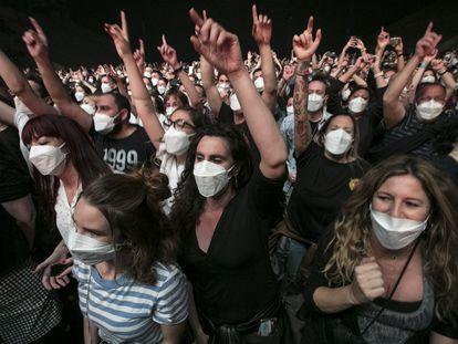 Espectadores en el concierto de Love of Lesbian en el Palau St. Jordi de Barcelona este sábado.
