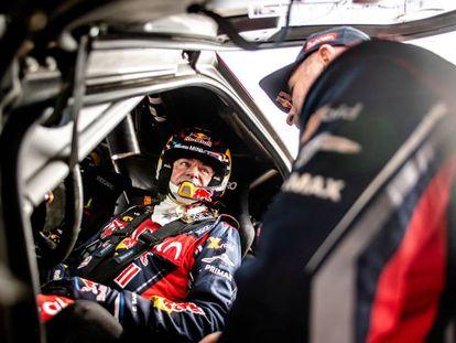 Carlos Sainz habla con Stéphane Peterhansel, su compañero en el equipo Mini.