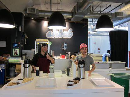 Empleados de Airbnb en la cocina de la sede de la empresa en San Francisco