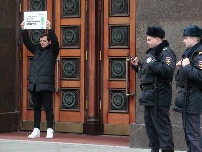 Un activista hace un 'piquete solitario' a las puertas de la Duma para protestar contra la reforma de la Constitución, este miércoles en Moscú.
