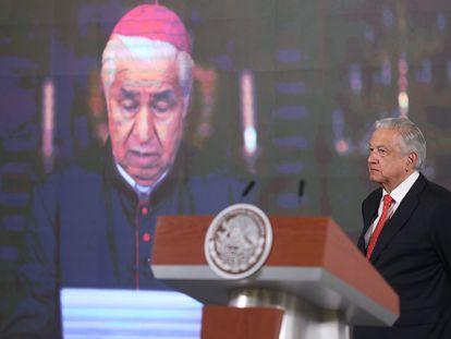 El presidente López Obrador escucha una misiva leída por el cardenal Rogelio Cabrera, arzobispo de Monterrey y presidente del Episcopado Mexicano.