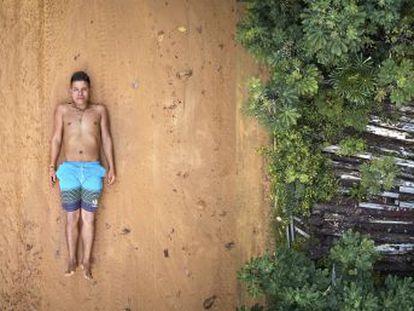 Las comunidades de la región amazónica de Brasil se enfrentan a desafíos por actividades industriales agresivas, hoy alentadas por el nuevo gobierno de Bolsonaro. Esta serie semanal presenta a cinco jóvenes líderes que defienden el bosque y su territorio. En este primer capítulo  Ednei, representante de 45 aldeas de 13 pueblos indígenas distintos