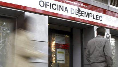 Un hombre pasa ante una oficina de empleo de Madrid.