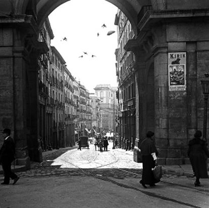 Vista de la calle de Toledo desde el arco de la Plaza Mayor (1920).
