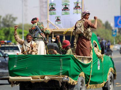 Un grupo de milicianos leales a los rebeldes Huthi, el martes en Saná.