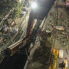 La estructura se desplomó sobre los vehículos que circulaban en la avenida Tláhuac a su paso por el puente, según las imágenes de las cámaras de seguridad públicas, el llamado C5, que captaron el momento del derrumbe. En imágen,vista aérea del colapso de los vagones del metro en la Ciudad de México.