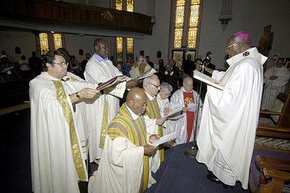 Milingo (derecha), durante la ceremonia del pasado 24 de septiembre oficiada en Washington en la que ordenó obispos a cuatro sacerdotes casados.