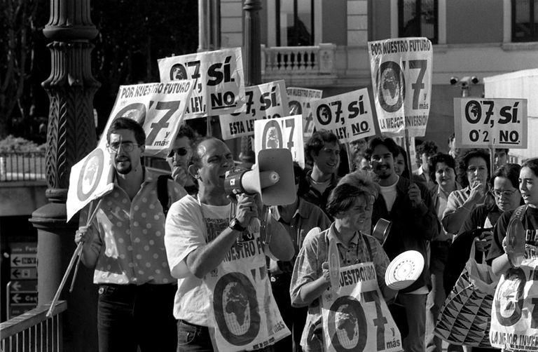 Manifestación con 'cacerolada' incluida, de la Plataforma 0,7 %, en 1998.
