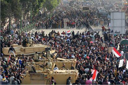 El ejército ha creado una zona de seguridad de 80 metros que separe a los miles de manifestantes opositores a Mubarak de los partidarios del presidente.