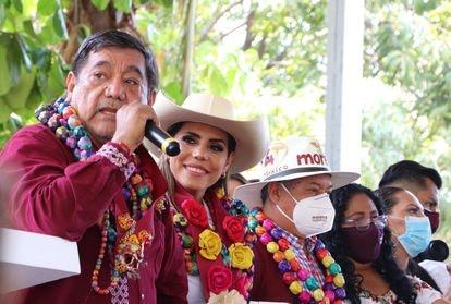 Evelyn Salgado Pineda junto a su padre, Félix Salgado, en su primer acto de campaña en Acapulco, el 5 de mayo de 2021.