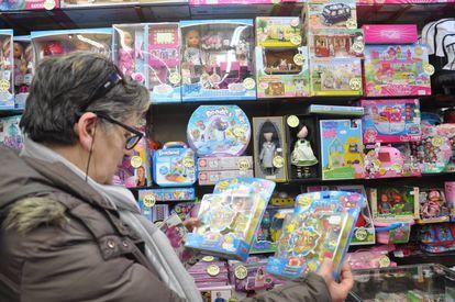 Rosa María García elige juguetes para sus nietos en una tienda de Ávila.