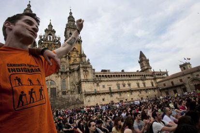 Asamblea de los indignados, ayer en la Praza do Obradoiro, al término de la manifestación.