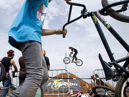 Exhibición ciclista al Foro.