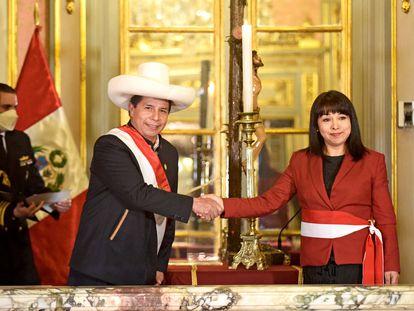 El presidente peruano, Pedro Castillo, saluda a Mirtha Vasquez tras su asunción, el 6 de octubre.