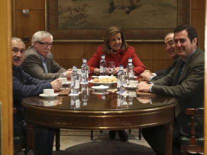 Desde la izquierda: los secretarios generales de UGT, Pepe Álvarez, y de CC OO, Ignacio Fernández Toxo, junto a la ministra de Empleo, Fátima Báñez, y los presidentes de la CEOE, Juan Rosell, y de Cepyme, Antonio Garamendi