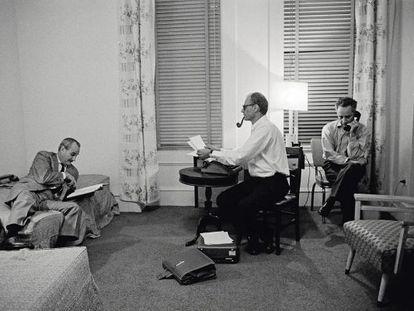 Robert Whitehead, Arthur Miller y Elia Kazan en la habitación 614 del Chelsea Hotel, trabajando en la obra 'Después de la caída'