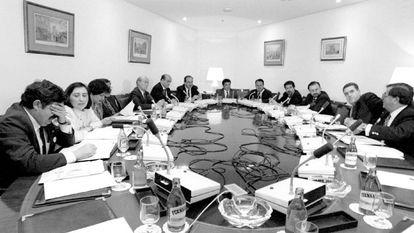 Reunión de la comisión sobre los fondos de la Dirección General de la Guardia Civil en 1994.