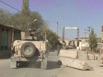 Vehículos militares tras un ataque talibán en Sayeed Abad, en imágenes tomadas de un vídeo.