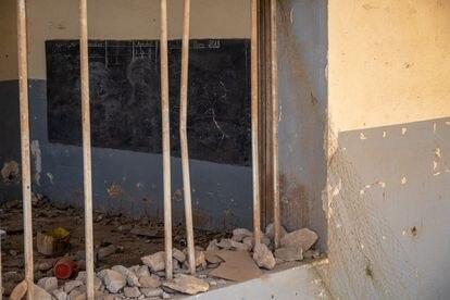 En la pizarra de una de las aulas destruidas queda escrita aún la fecha de la última clase, el 1 de marzo de 2018.