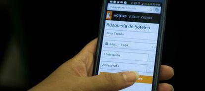 Un usuario accede a la aplicación de hoteles Kayak desde un móvil.