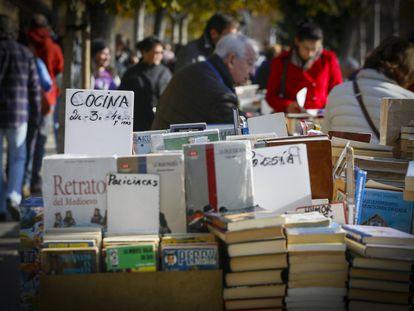 La cuesta de Moyano en Madrid llena de libros de ocasión.