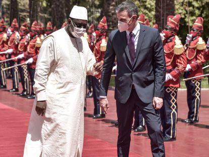 El presidente de Senegal, Macky Sall, acompaña al presidente del Gobierno español, Pedro Sánchez, este viernes en Dakar (Senegal).