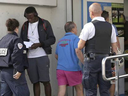 Dos policías franceses interceptan a un migrante que después devuelven a España al no tener papeles. En vídeo, entrevista a Jean Claude Boumtgoe, migrante camerunés, y a Anaitze Agirre, de la plataforma Red de apoyo a inmigrantes.