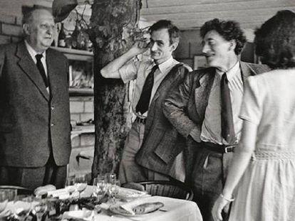 Desde la izquierda, Derain, Balthus, Alberto y Annette Giacometti, en los cincuenta.