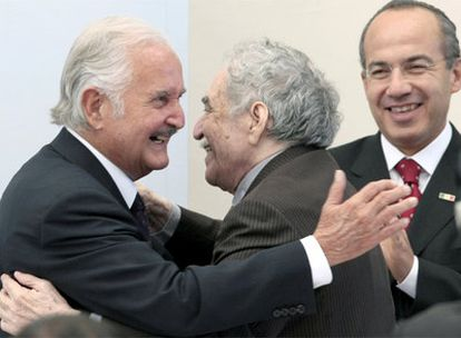 Carlos Fuentes abraza a Gabriel García Márquez ante el aplauso del presidente Felipe Calderón durante la celebración de sus 80 años, en noviembre de 2008.