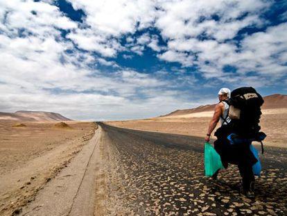 Un turista en el desierto de Paracas, en Perú.