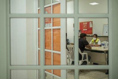 La psicóloga Cristina García en una sesión de ayuda el sábado.