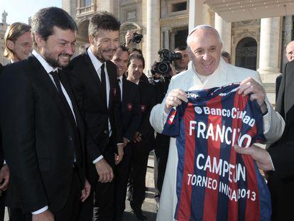 El Papa Francisco, con la camiseta del San Lorenzo de Almagro.