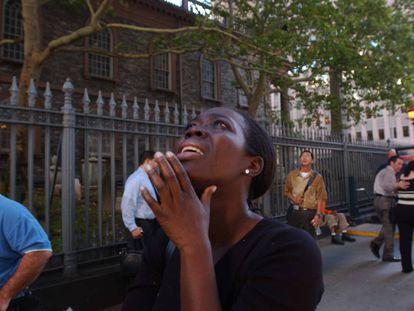 Una mujer mira a las Torres Gemelas el 11-S en Nueva York.
