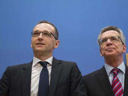 El ministro germano de Justicia, Heiko Mass (izq), y el titular de Interior, Thomas de Maiziere.