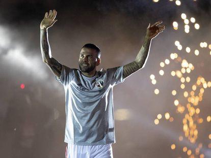 Dani Alves saluda a la afición del São Paulo este martes en Morumbí.