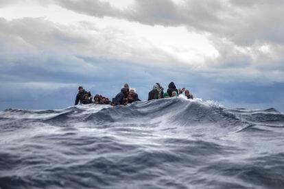 Migrantes de Marruecos y Bangladés aguardan el rescate de su embarcación en la costa de Libia, este pasado 10 de enero.