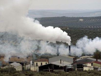 Emisiones de humos en la orujera de Martos (Jaén).