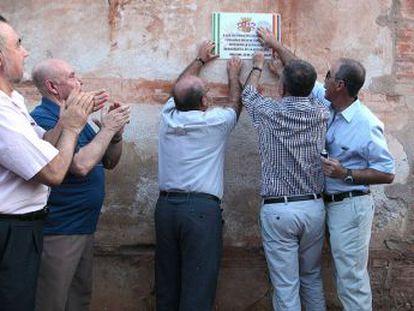 Un momento del homenaje a las víctimas del franquismo en la tapia del cementerio de Granada.