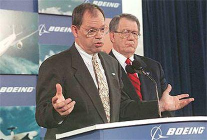 Phil Condit, a la izquierda, junto con Harry Stonecipher, en 1997, en el anuncio de fusión de Boeing y McDonnell.
