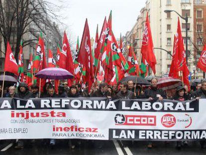 Cabecera de la marcha, con Dámaso Casado (en el centro, con gafas) y Unai Sordo (a su derecha) al frente, durante la manifestación de hoy en Bilbao.