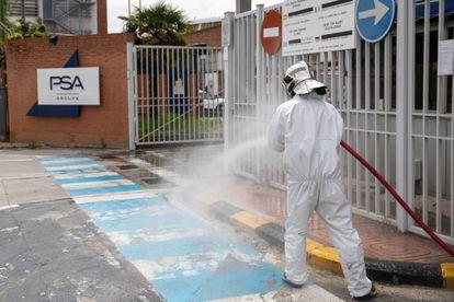 Una demostración de las labores de desinfección en el acceso a la factoría del Grupo PSA en Madrid.