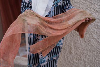La melillense Malika muestra uno de los pañuelos que tejió en la asociación de mujeres que presidía antes de la pandemia.